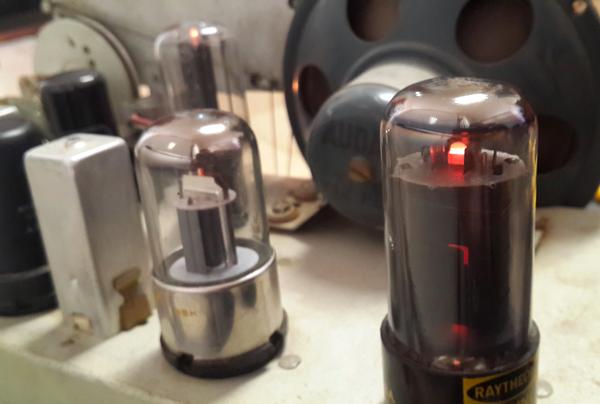 tubos Convirtiendo una radio antigua en un amplificador de guitarra a válvulas (tubos de vacío) Convirtiendo una radio antigua en un amplificador de guitarra a válvulas (tubos de vacío) tubos
