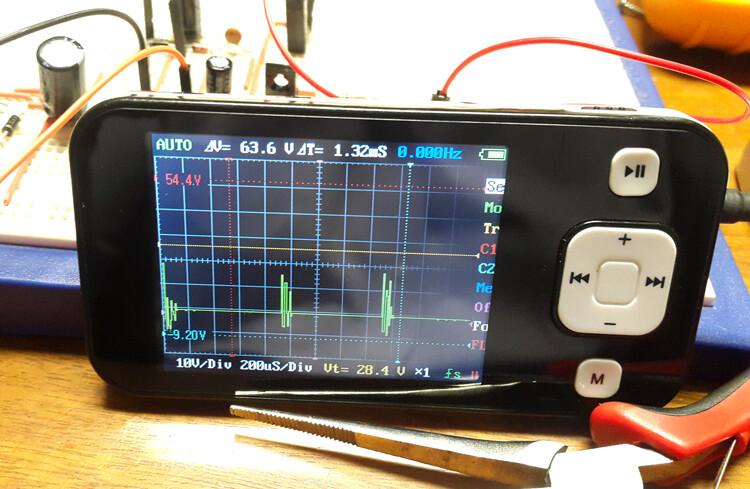 oscilloscope {focus_keyword} Ingeniería inversa y análisis de un cargador USB de 2 amperios oscilloscope