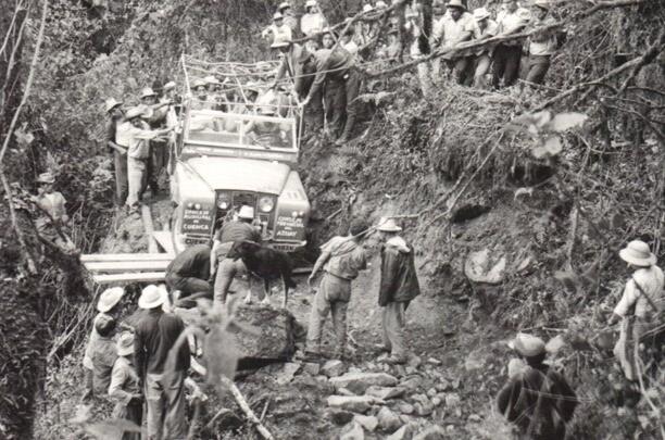 {focus_keyword} La historia del camino a Cuenca y los hombres que cargaron una planta hidroeléctrica y un auto a través de la selva. jeep1