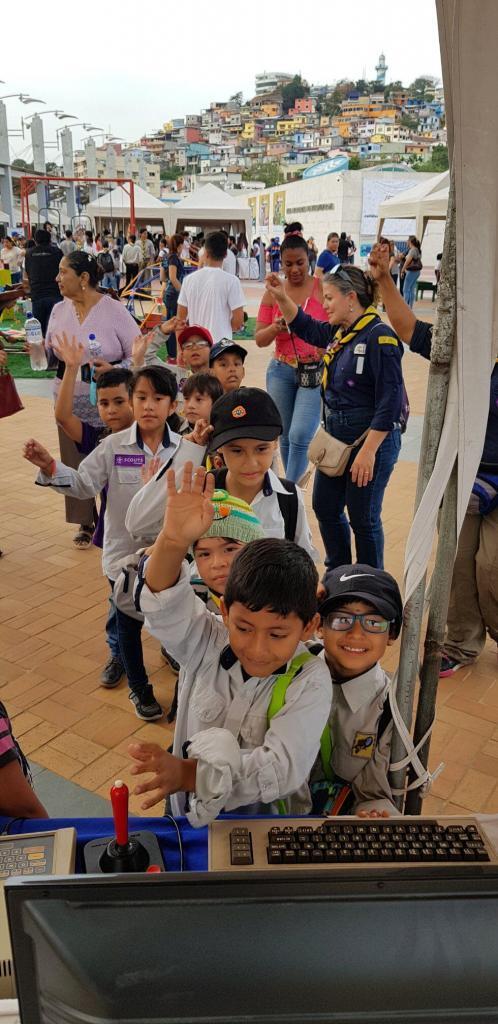 Niños haciendo fila para jugar Donkey Kong