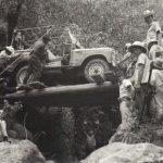 La historia del camino a Cuenca y los hombres que cargaron una planta hidroeléctrica y un auto a través de la selva.